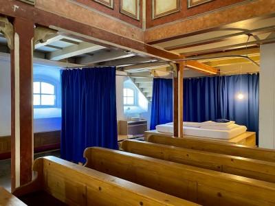 Ein Bett unter Kirchenglocken