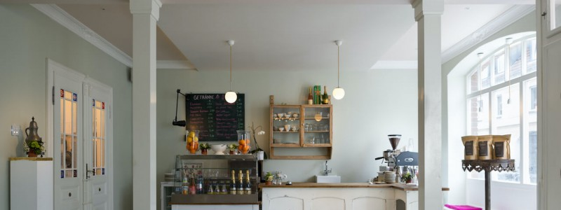 koeln weiss staedtereise urlaub in deutschland nachhaltige unterkunft boutique hotel ferienwohnung antik vintage cafe patisserie backsteinhaus fruehstuecksraum