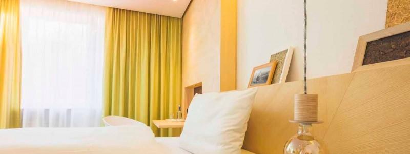 creativhotel luise bayern franken erlangen urlaub in deutschland erstes klimapositives hotel staedtereise geschaeftsreise nachwachsendes einzelzimmer betten aus kokosnuss- und algenfasern teppich aus recycelten fischernetzen waende und decken aus gepresstem stroh