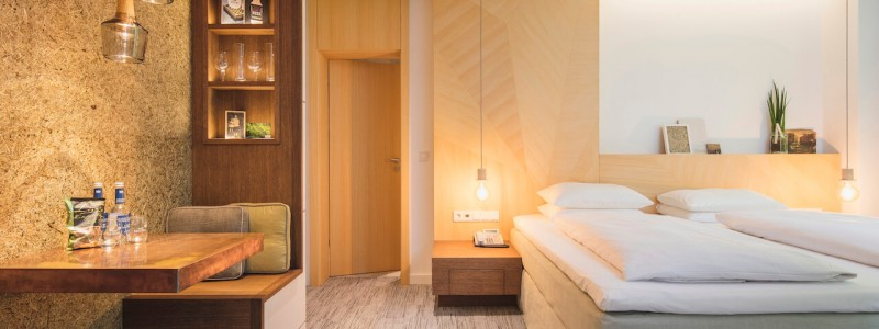 creativhotel luise bayern franken erlangen urlaub in deutschland erstes klimapositives hotel staedtereise geschaeftsreise nachwachsendes hotelzimmer betten aus kokosnuss- und algenfasern teppich aus recycelten fischernetzen waende und decken aus gepresstem stroh