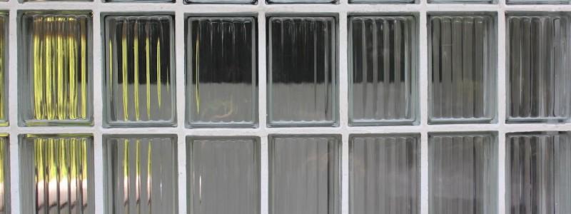 nachhaltige unterkunft das haus am see ellertshaeuser see unterfranken urlaub am wasser auf dem land retro architektenhaus holzofen freistehende badewanne eco hideaway glasbausteine eingang