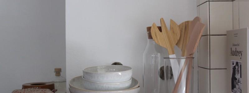 nachhaltige unterkunft das haus am see ellertshaeuser see unterfranken urlaub am wasser auf dem land retro architektenhaus holzofen freistehende badewanne eco hideaway kueche