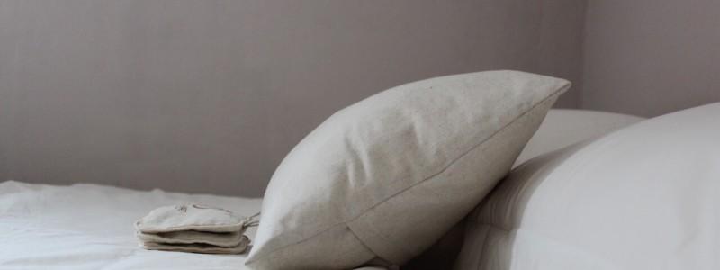 nachhaltige unterkunft das haus am see ellertshaeuser see unterfranken urlaub am wasser auf dem land retro architektenhaus holzofen freistehende badewanne eco hideaway schlafzimmer kissen aus leinen