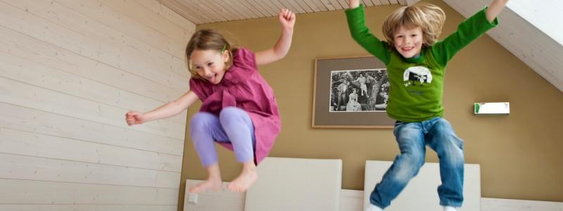 nachhaltige unterkunft familienhotel weimar urlaub in deuschland in der stadt oekologisches holzhaus stadturlaub staedtereise mit kindern mit grosseltern apartments umweltbewusstes reisen kinder springen auf dem bett
