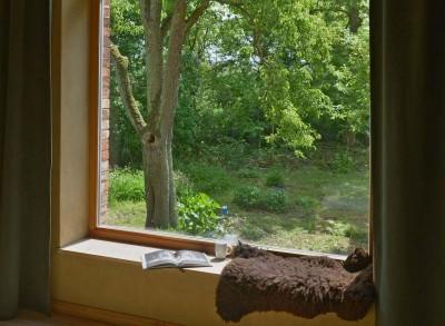 nachhaltige unterkuenfte in deutschland urlaub in der natur ruhe weite uckermark fereinwohnung unkengrund schlafzimmer blick aus dem Zimmer