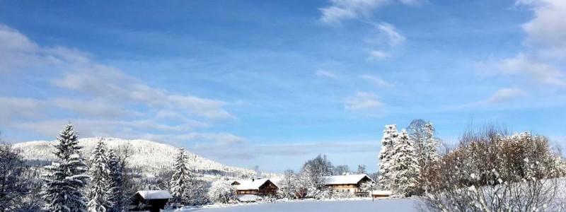 nachhaltige unterkuenfte in deutschland urlaub in der natur auf dem land mit kindern in den bergen mit der familie bayern voralpenland gutshof achatswies ferienwohnung winterlandschaft umgebung