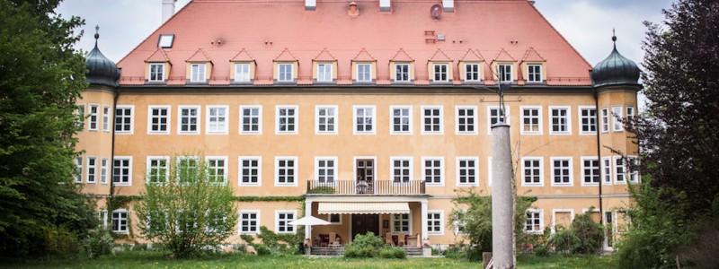 nachhaltige unterkuenfte in deutschland urlaub auf dem land in der natur gemeinwohlprinzip solidarische landwirtschaft hotel schloss blumenthal gruppen seminare blick auf das schloss vom schlosspark