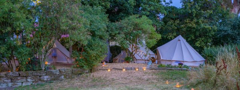 steigerwald franken into the green eco resort glamping zelte yoga retreat urlaub in der natur biologischer gemueseanbau tiere nachhaltiger tourismus glampingzelte bei Sonnenuntergang