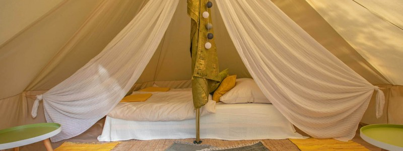 steigerwald franken into the green eco resort glamping zelte yoga retreat urlaub in der natur biologischer gemueseanbau tiere nachhaltiger tourismus innenaufnahme zelt mit bett und tischen