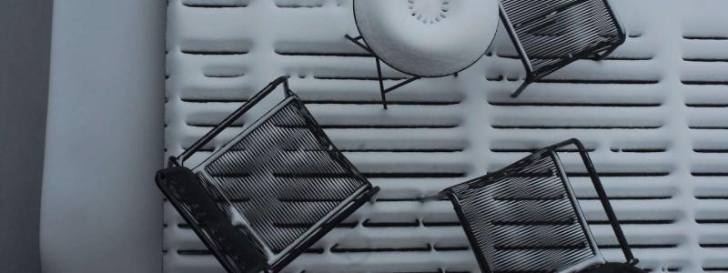 jotvier jungholz ferienwohnung allgäu urlaub in den bergen in der natur mit der familie mit hund nachhaltige bauweise heimische natürliche hölzer baumaterialien terrasse winter von oben