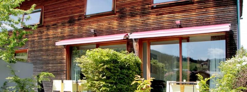 jotvier jungholz ferienwohnung allgäu urlaub in den bergen in der natur mit der familie mit hund nachhaltige bauweise heimische natürliche hölzer baumaterialien terrasse sommer