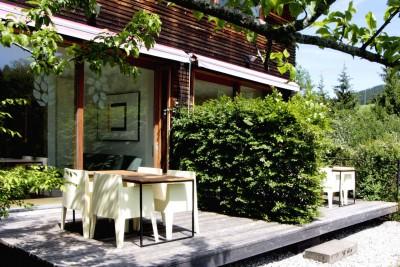 jotvier jungholz ferienwohnung allgäu urlaub in den bergen in der natur mit der familie mit hund nachhaltige bauweise heimische natürliche hölzer baumaterialien terrasse sommer beide fewos