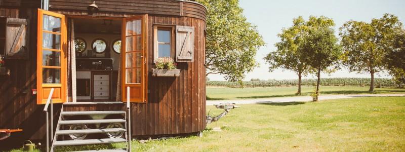 nachhaltige unterkuenfte in deutschland aussergewoehnlich bayern weil bueffelhof beuerbach naturzimmer max tiny house wohnwagon aussenansicht streuobstwiese