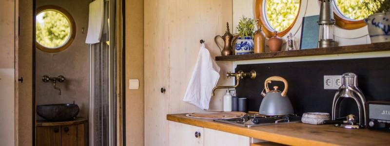nachhaltige unterkuenfte in deutschland aussergewoehnlich bayern weil bueffelhof beuerbach naturzimmer max tiny house wohnwagon kueche badezimmer