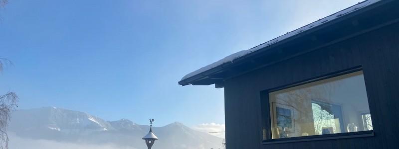 nachhaltige unterkunft paradies samerberg ferienhaus gaestehaus ferienwohnung guest house niedrigenergiehaus oekologisches haus passivhaus photovoltaik urlaub in der natur im gruenen in bayern in den bergen bienenfreundlicher garten ostfrontansicht