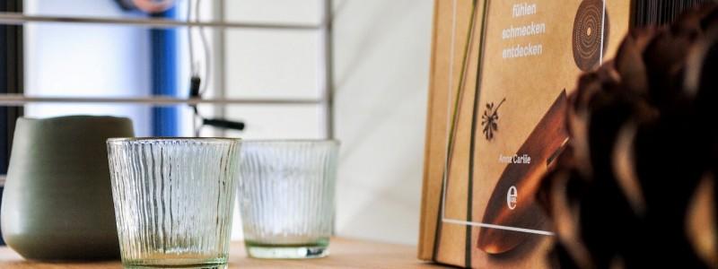 tiny house henry wohnwagon nachhaltige unterkunft wuerzburg franken bayern urlaub in deutschland minimalismus autarkes wohnen solardach bio trockentoilette oeokologische materialien holz schafwolle scand design skandi style detail regal