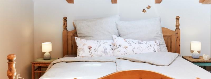 nachhaltige unterkunft urlaub am wasser in deutschland chiemsee alpen uebersee ferienapartment modern traditionell bienen imkerei insektenfreundlicher garten upcycling schlafzimmer bett