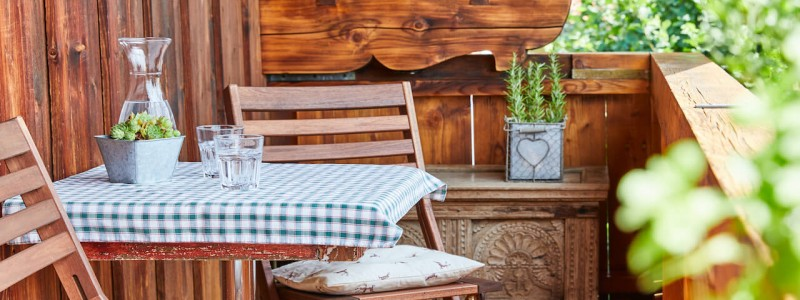 nachhaltige unterkunft urlaub am wasser in deutschland chiemsee alpen uebersee ferienapartment modern traditionell bienen imkerei insektenfreundlicher garten upcycling balkon holzmobiliar