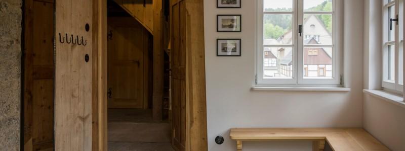 umgebinde 1657 fachwerk blockhaus saechsische schweiz elbsandsteingebirge bad schandau krippen urlaub in der natur in den bergen im gruenen mit der grossfamilie mit freunden wandern elbe wasser lehmputz sitzecke