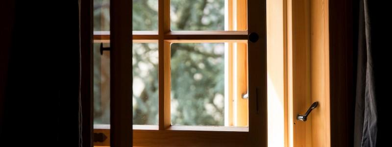 umgebinde 1657 fachwerk blockhaus saechsische schweiz elbsandsteingebirge bad schandau krippen urlaub in der natur in den bergen im gruenen mit der grossfamilie mit freunden wandern elbe wasser lehmputz fenster