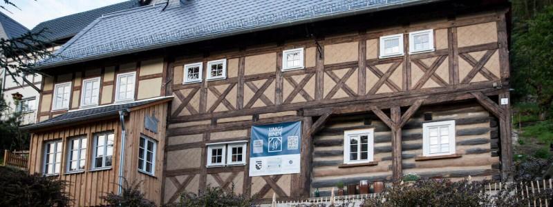 umgebinde 1657 fachwerk blockhaus saechsische schweiz elbsandsteingebirge bad schandau krippen urlaub in der natur in den bergen im gruenen mit der grossfamilie mit freunden wandern elbe wasser lehmputz frontansicht