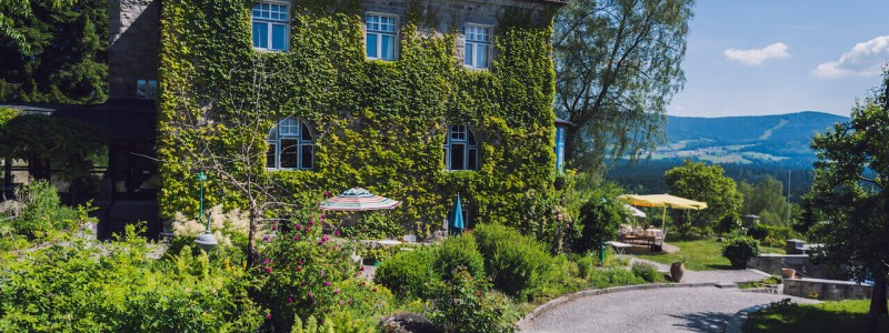 villa breitenberg bayerischer wald nachhaltige unterkunft boutiquie hotel ferienwohnung natur berge ruhe biologische kueche kultur seminare yoga retreats hochzeiten frontansicht efeu
