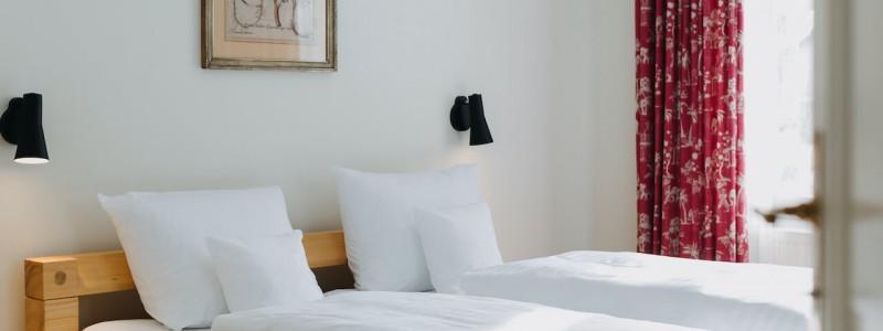 villa breitenberg bayerischer wald nachhaltige unterkunft boutiquie hotel ferienwohnung natur berge ruhe biologische kueche kultur seminare yoga retreats hochzeiten doppelzimmer bett