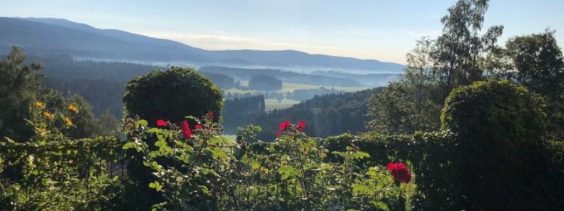 villa breitenberg bayerischer wald nachhaltige unterkunft boutiquie hotel ferienwohnung natur berge ruhe biologische kueche kultur seminare yoga retreats hochzeiten rosengarten