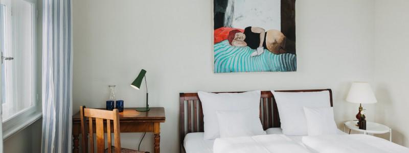 villa breitenberg bayerischer wald nachhaltige unterkunft boutiquie hotel ferienwohnung natur berge ruhe biologische kueche kultur seminare yoga retreats hochzeiten doppelzimmer schlafende dame gemaelde