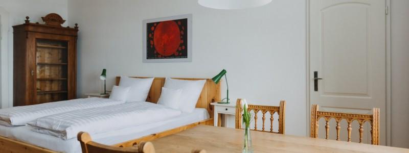 villa breitenberg bayerischer wald nachhaltige unterkunft boutiquie hotel ferienwohnung natur berge ruhe biologische kueche kultur seminare yoga retreats hochzeiten apartment dachgeschoss