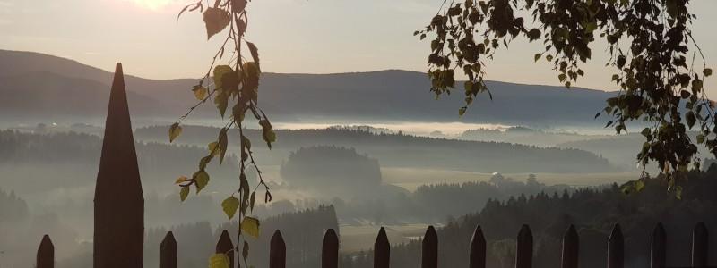 villa breitenberg bayerischer wald nachhaltige unterkunft boutiquie hotel ferienwohnung natur berge ruhe biologische kueche kultur seminare yoga retreats hochzeiten blick in die berge nebel