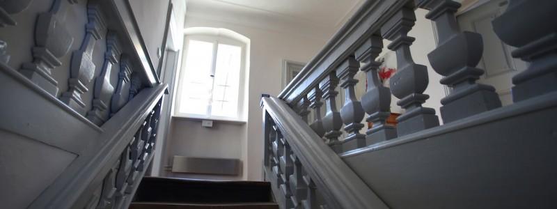 nachhaltige unterkuenfte in deutschland urlaub in der natur auf dem land am fluss ruhig wein bed and breakfast villa sommerach denkmalschutz treppe