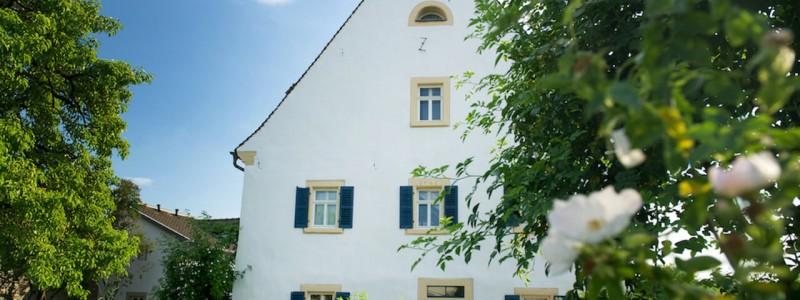 nachhaltige unterkuenfte in deutschland urlaub in der natur auf dem land am fluss ruhig wein bed and breakfast villa sommerach denkmalschutz hausansicht garten