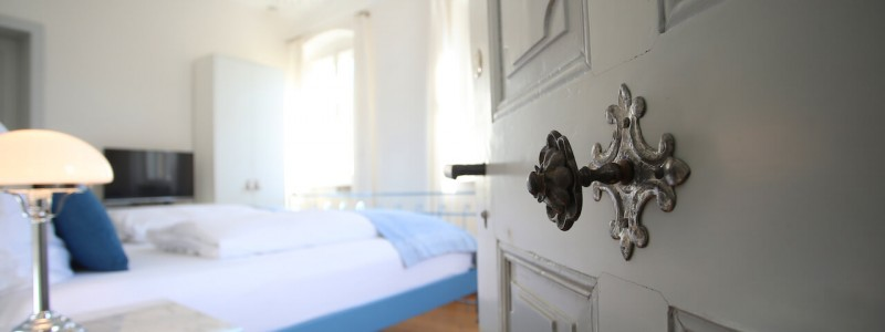 nachhaltige unterkuenfte in deutschland urlaub in der natur auf dem land am fluss ruhig wein bed and breakfast villa sommerach denkmalschutz zimmer tuerbeschlag