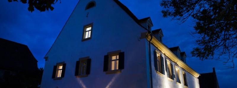 nachhaltige unterkuenfte in deutschland urlaub in der natur auf dem land am fluss ruhig wein bed and breakfast villa sommerach denkmalschutz hausansicht nacht