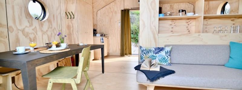 nachhaltige unterkuenfte in deutschland tiny house aussergewoenlich urlaub in der natur auf der insel am wasser oekologisch recycelbar umweltfreundlich wikkelhouses helgoland essbereich wohnbereich