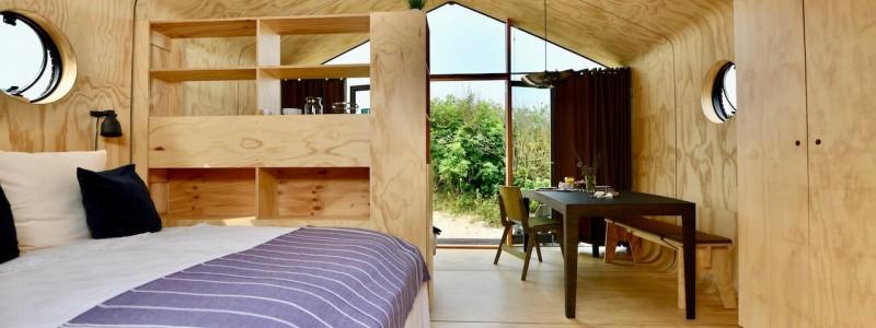 nachhaltige unterkuenfte in deutschland tiny house aussergewoenlich urlaub in der natur auf der insel am wasser oekologisch recycelbar umweltfreundlich wikkelhouses helgoland schlafzimmer