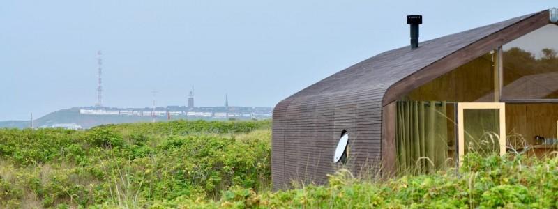 nachhaltige unterkuenfte in deutschland tiny house aussergewoenlich urlaub in der natur auf der insel am wasser oekologisch recycelbar umweltfreundlich wikkelhouses helgoland in der duene