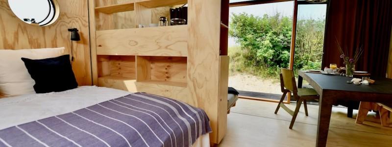 nachhaltige unterkuenfte in deutschland tiny house aussergewoenlich urlaub in der natur auf der insel am wasser oekologisch recycelbar umweltfreundlich wikkelhouses helgoland schlafzimmer wohnraum