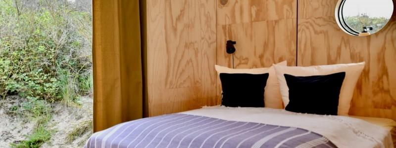 nachhaltige unterkuenfte in deutschland tiny house aussergewoenlich urlaub in der natur auf der insel am wasser oekologisch recycelbar umweltfreundlich wikkelhouses helgoland schlafzimmer mit blick auf duene