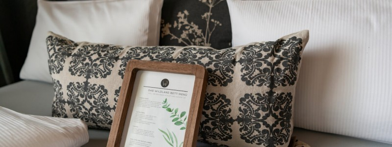 wildland natural resort hornbostel lueneburger heide suedheide niedersachsen hideaway denkmal nachhaltiges hotel gruen tagen feiern heiraten yoga retreat schlafzimmer bett kissen menue